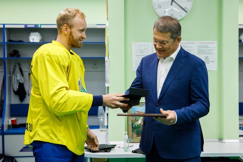 Хоккеисты «Салавата Юлаева» вручили Радию Хабирову бронзовую медаль КХЛ