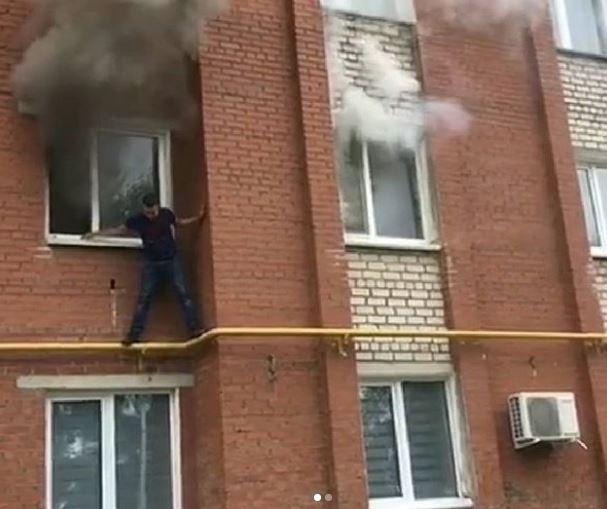 В Башкирии мужчина до приезда пожарных забрался по трубе на второй этаж и спас двух мужчин