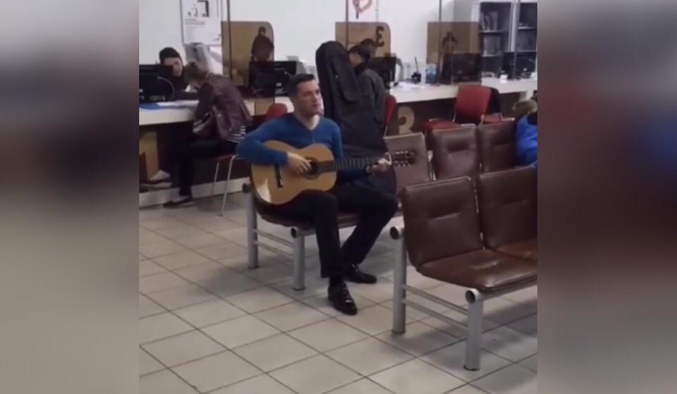 Житель Уфы с гитарой в очереди в МФЦ порадовал всех исполнением песен