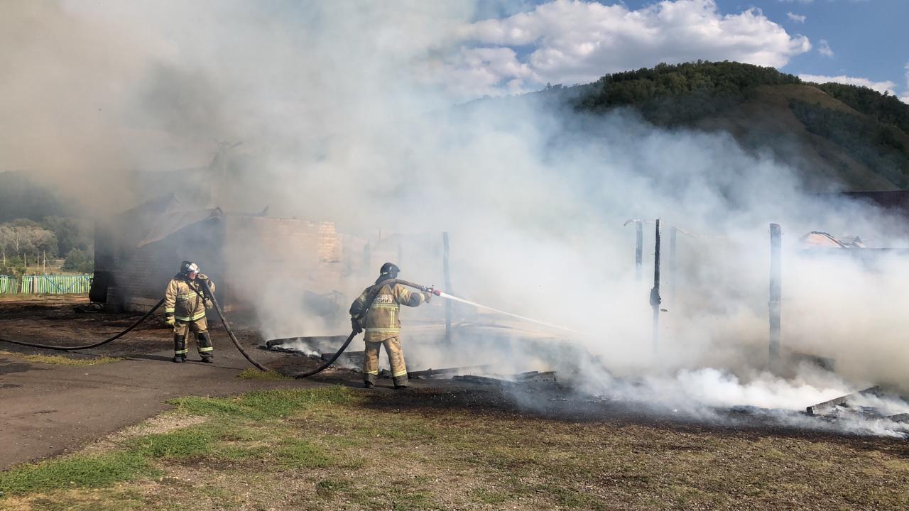 В Башкирии на территории детского лагеря загорелась столовая