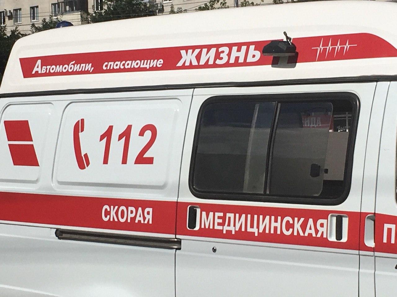 В Уфе спасатели сняли с козырька подъезда выпавшую из окна женщину