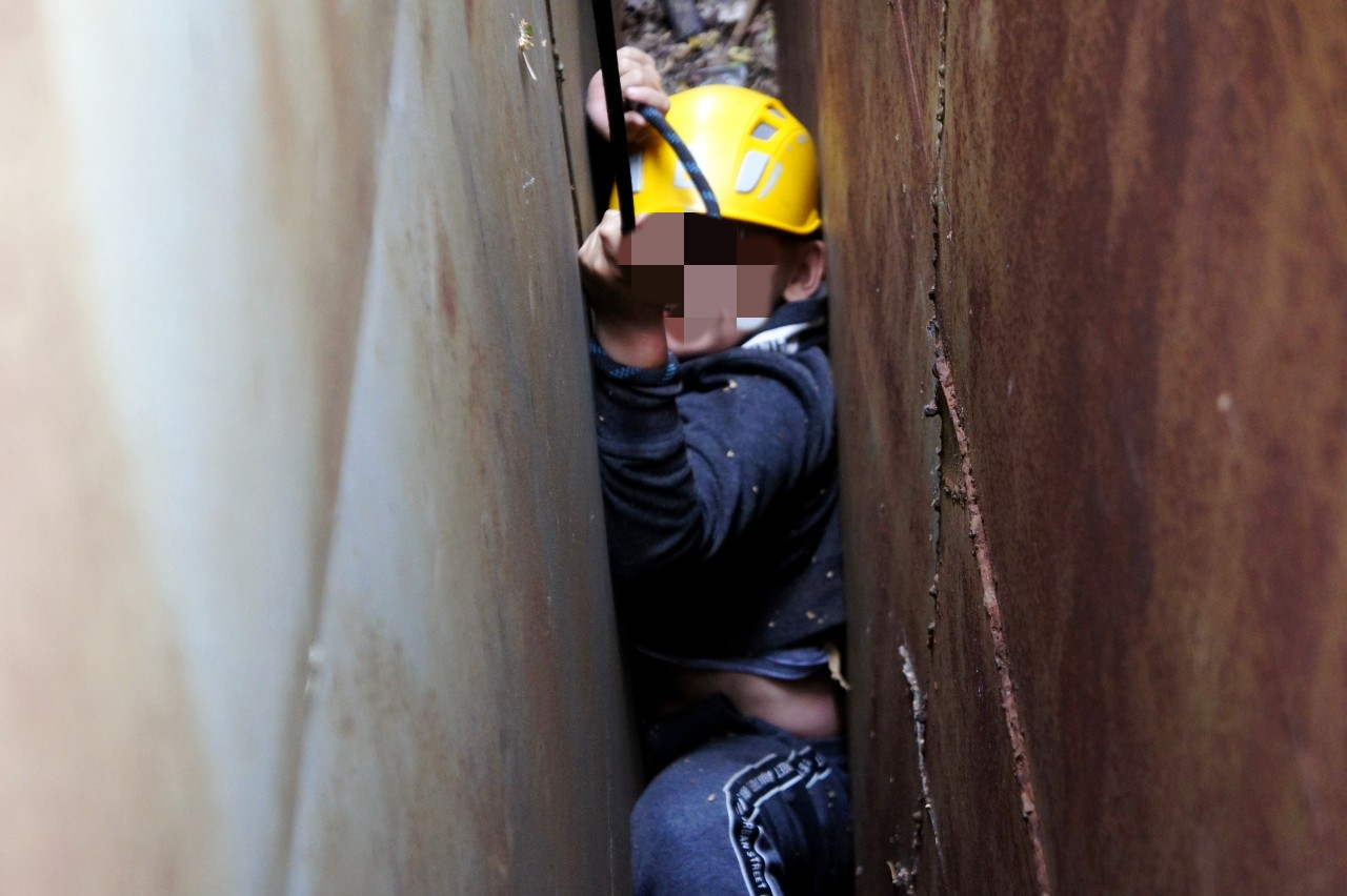 В Уфе 10-летний ребенок застрял между гаражами из-за телефона
