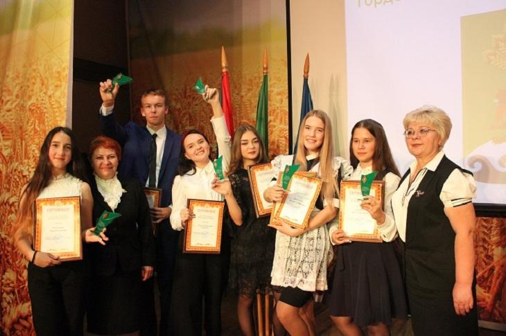 Лучшим школьникам Иркутского района вручили стипендии мэра
