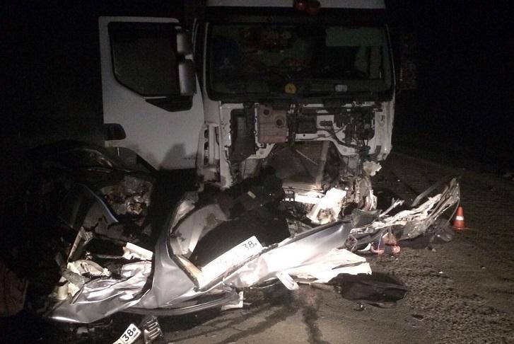 Полицейские устанавливают личность погибшего при столкновении Honda и грузового Renault