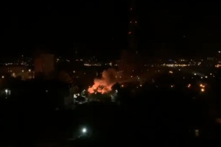Заброшенное здание горело ночью в центре Иркутска