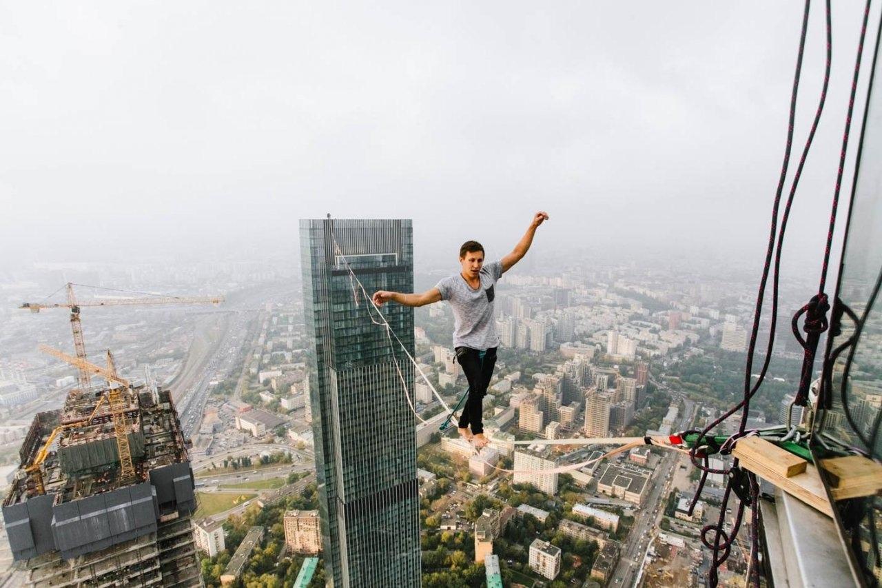 Житель Уфы прошелся по стропе на высоте 350 метров