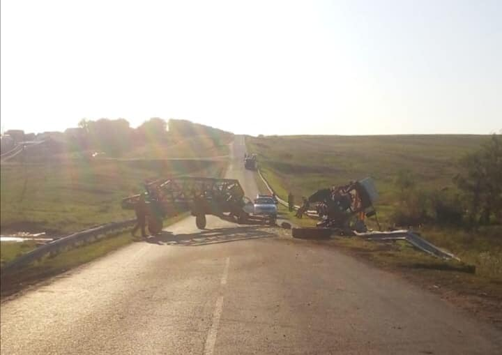 В Башкирии КамАЗ столкнулся с трактором
