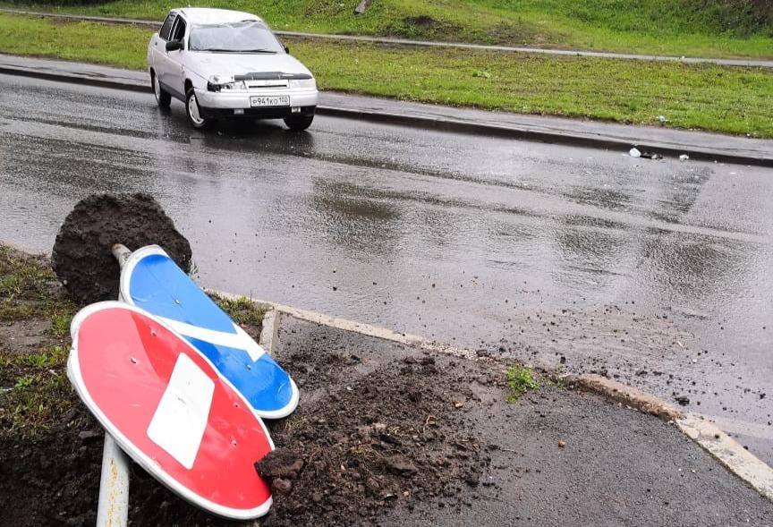 В Уфе водитель сбил дорожный знак и на камеру объяснил, почему он это сделал