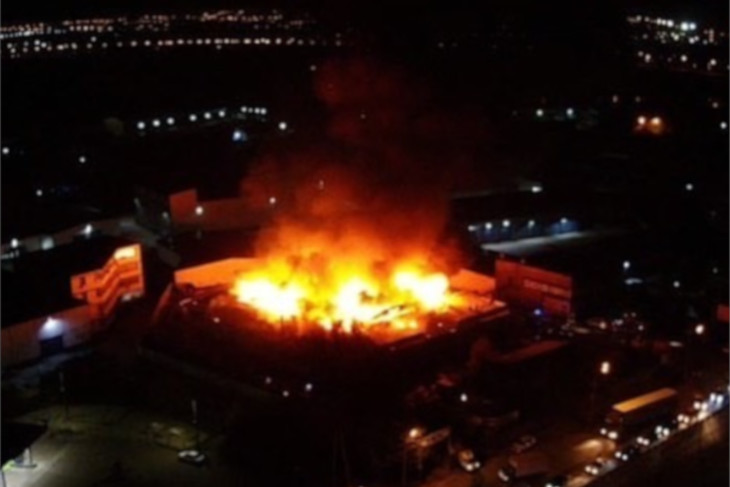 Склады напротив рынка «Бакалея» горят в Иркутске