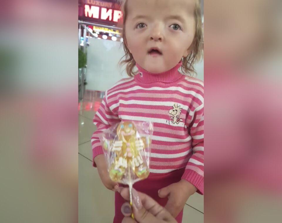 «А эта та самая Софья?»: Уфимец узнал двухлетнюю девочку-инвалида из глубинки Башкирии на улице и сделал маленький подарок