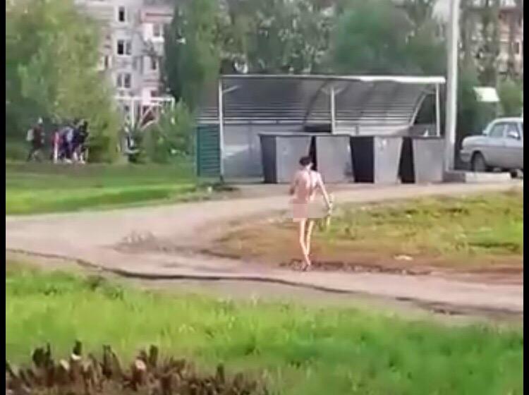«И до нас добрались»: Еще в одном городе Башкирии на улице прогуливался голый мужчина