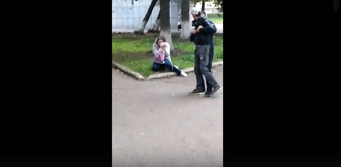 «Бил ее ногами по голове»: В Уфе неадекватный мужчина жестоко избил жену на глазах прохожих