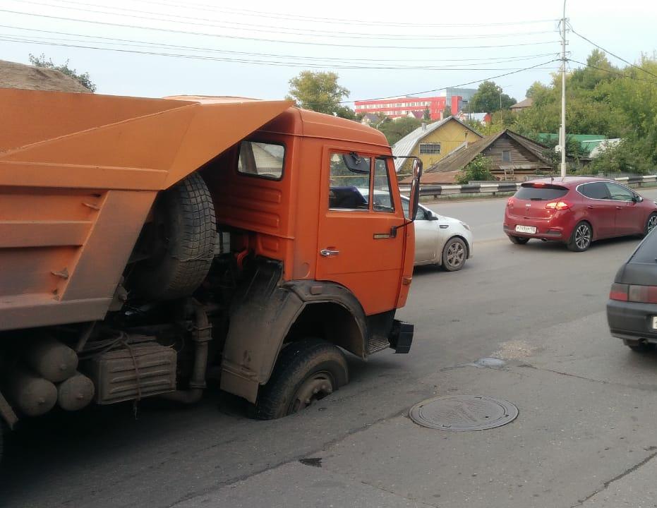 В Уфе грузовик провалился в яму на проезжей части