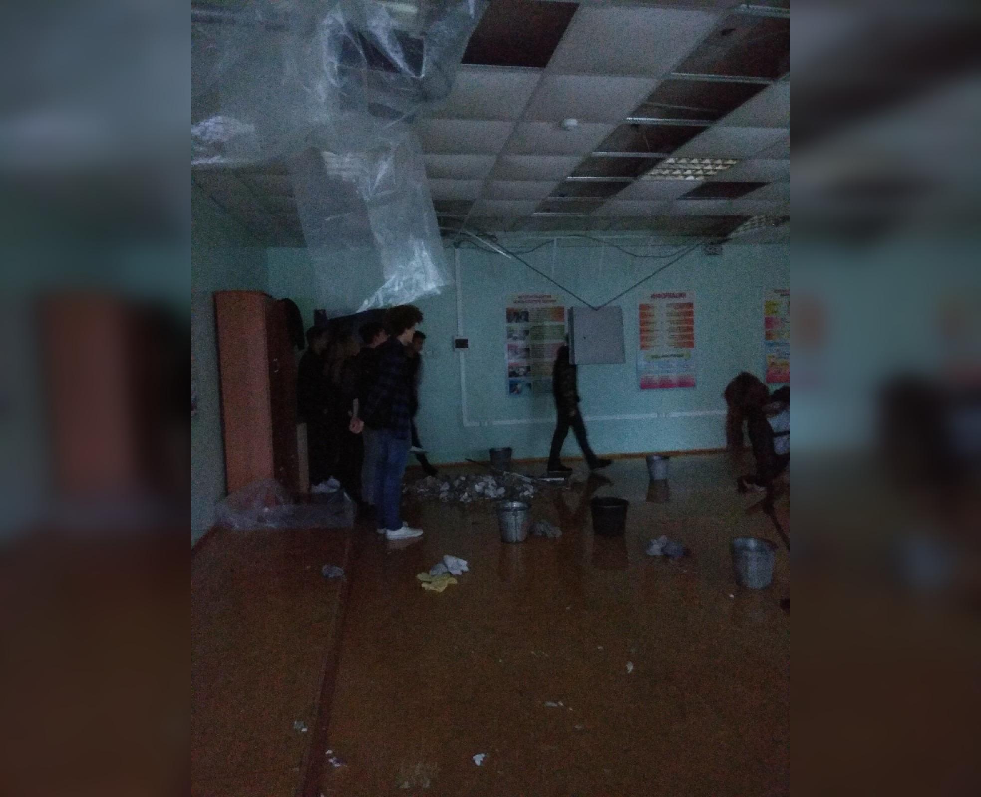 «Просто нет слов»: В одном из уфимских колледжей протекает крыша