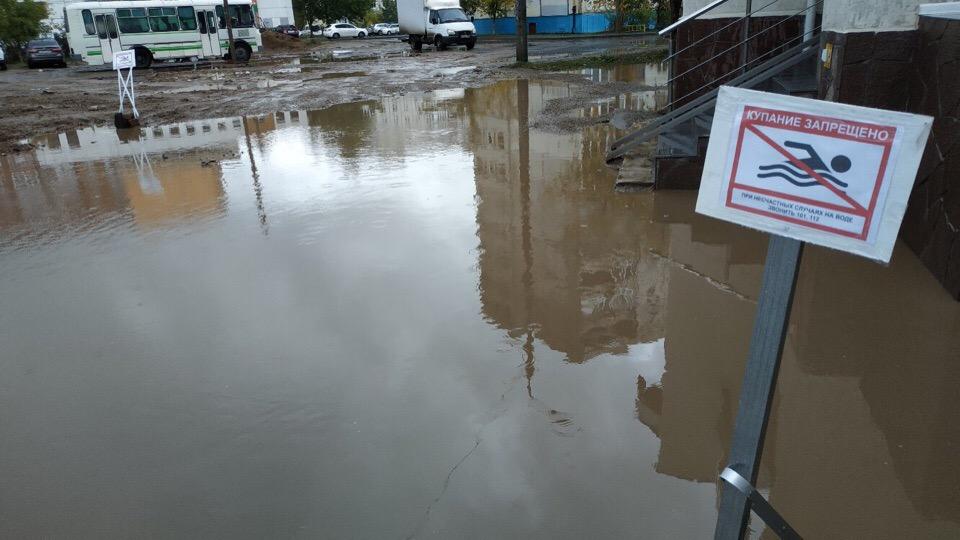 «Купание запрещено. При несчастных случаях звонить 112»: Один из дворов Уфы превратился в грязный бассейн