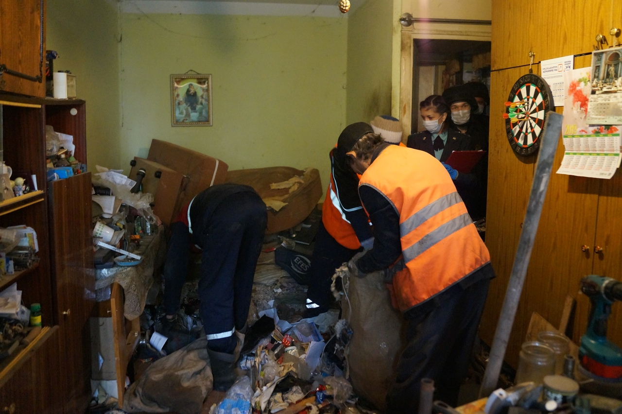В квартире уфимского Плюшкина нашли гору мусора