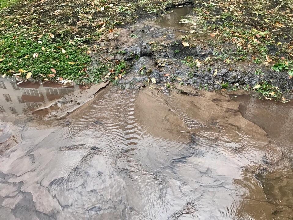 В Уфе на том месте, где из-за утечки семья провалилась в яму, снова разлилась вода