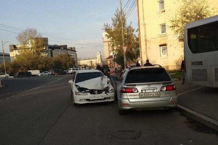 Водителю автобуса стало плохо за рулём и он протаранил шесть машин на Чкалова