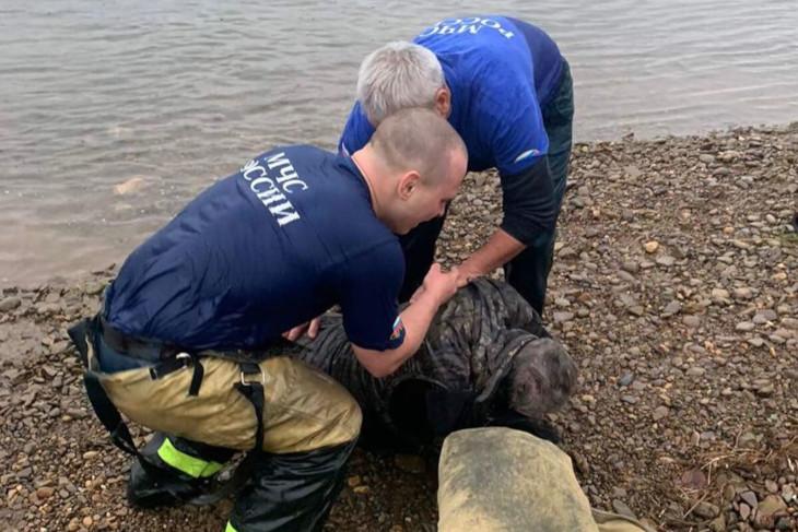 В Усть-Куте пожарные вытащили из тонувшего автомобиля мужчину