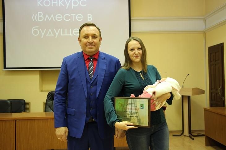 Мэрия Иркутского района вручит 100 тысяч рублей матери, родившей в День народного единства