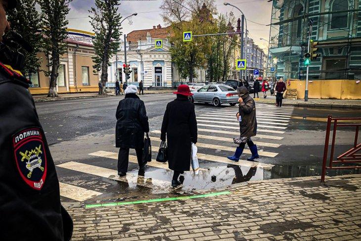 В Иркутске для пешеходов-любителей смотреть в телефон появился специальный светофор