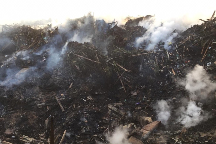 Свалка строительного мусора горит в Тулуне