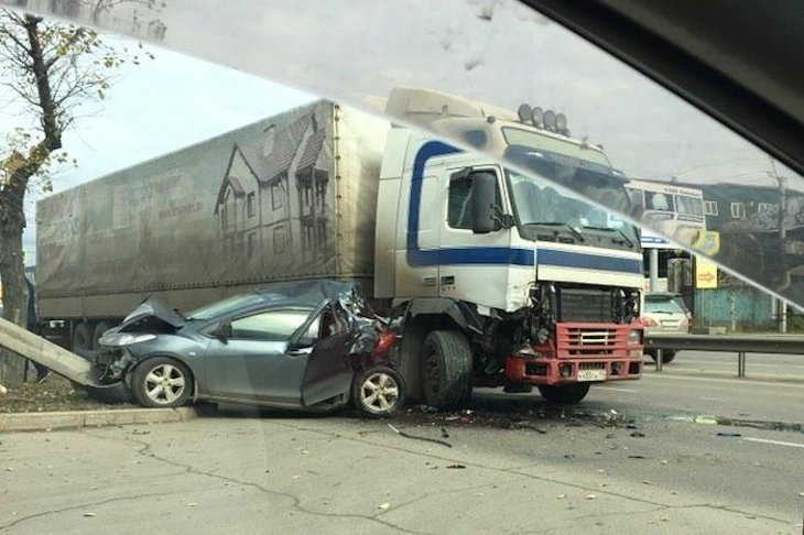 В Иркутске на улице Трактовой  произошло ДТП с участием легкового автомобиля и большегруза