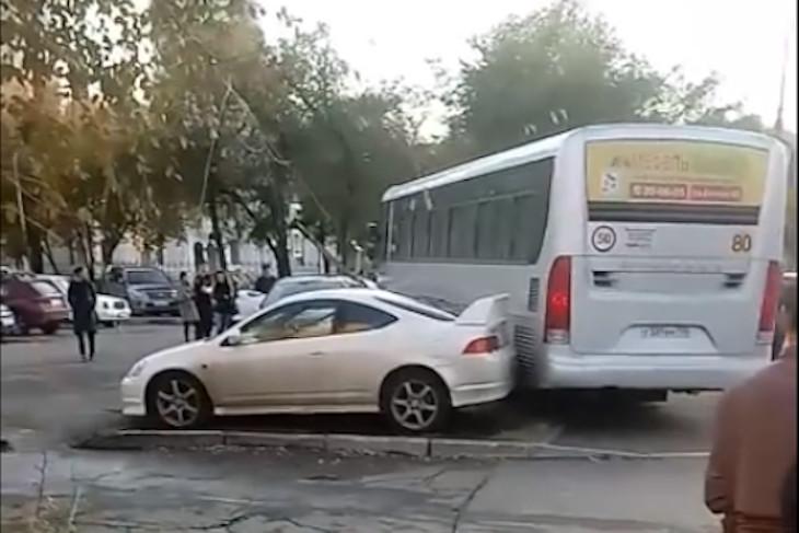 У водителя автобуса, врезавшегося в шесть автомобилей на Чкалова, случился приступ эпилепсии