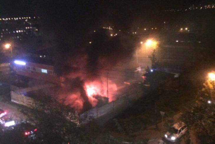 Трансформаторная подстанция горела на территории комбината питания в Иркутске