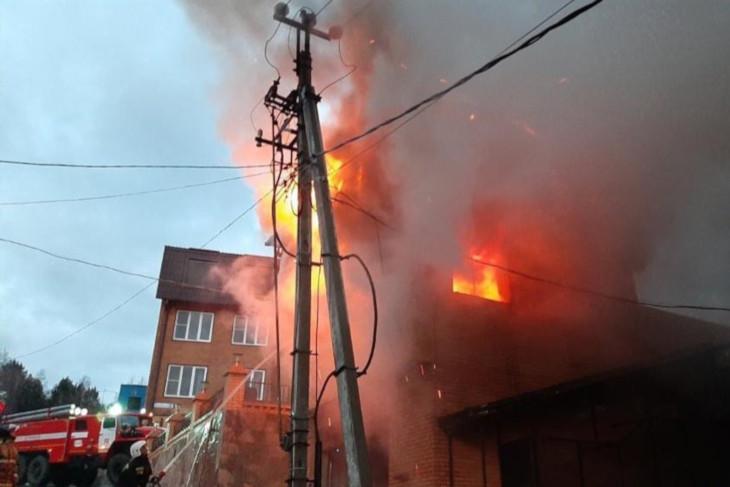 В Листвянке сгорела баня в гостиничном комплексе