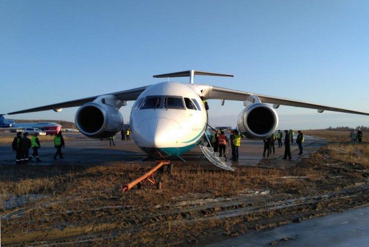 Прилетевший из Иркутска самолет выкатился за пределы взлетной полосы в Мирном