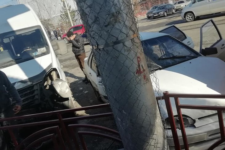 Маршрутка, легковой автомобиль и автобус столкнулись на улице Байкальской