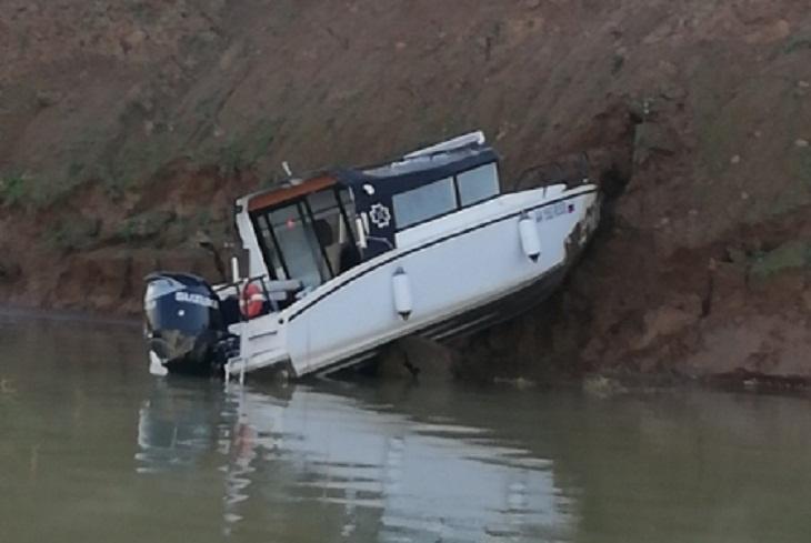 Один человек погиб и трое пострадали при столкновении катера с берегом в районе Чертугеевского залива