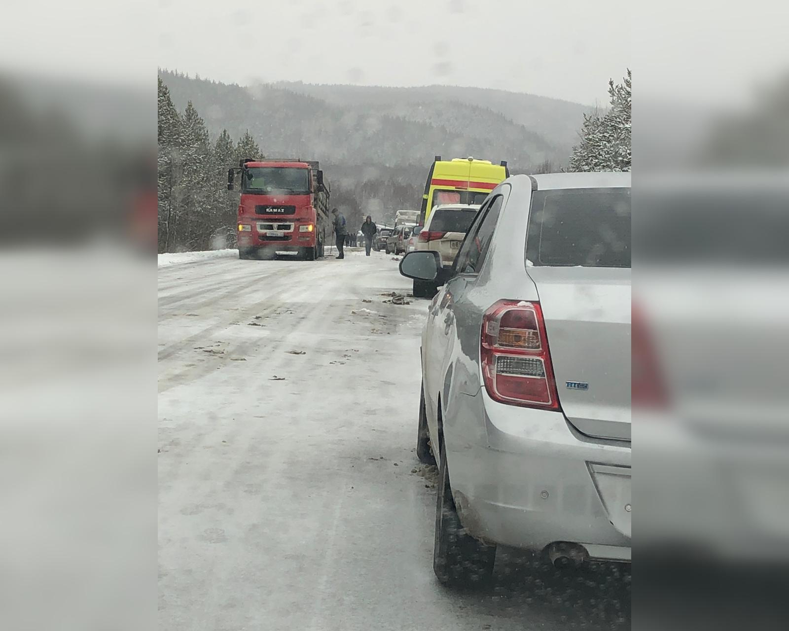 В Башкирии на трассе из-за аварии образовалась многочасовая пробка