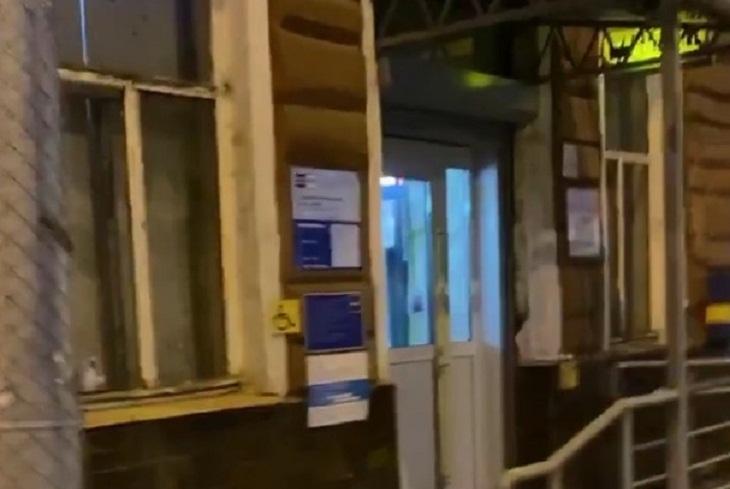 Блогер Илья Варламов посетил отделение почты, где заменили старинные двери