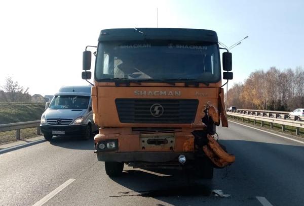 На трассе Уфа-Аэропорт столкнулись грузовик и две легковушки