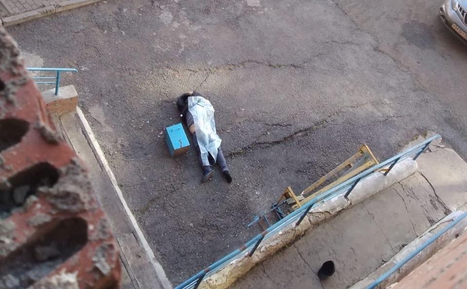 Видео: Возле многоэтажки в Уфе обнаружили тело мужчины