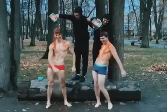 В Уфе парни исполнили танец в обнаженном виде, обливаясь томатным соком