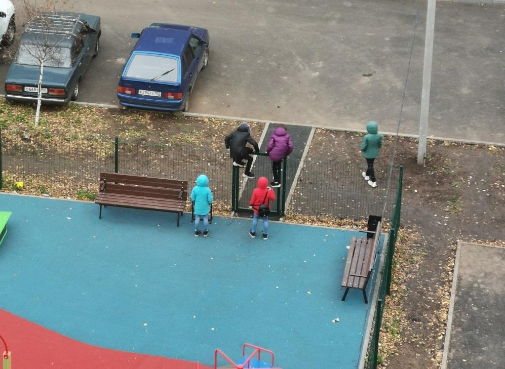 В Уфе местные школьники вынуждены перелезать через забор, чтобы попасть на площадку