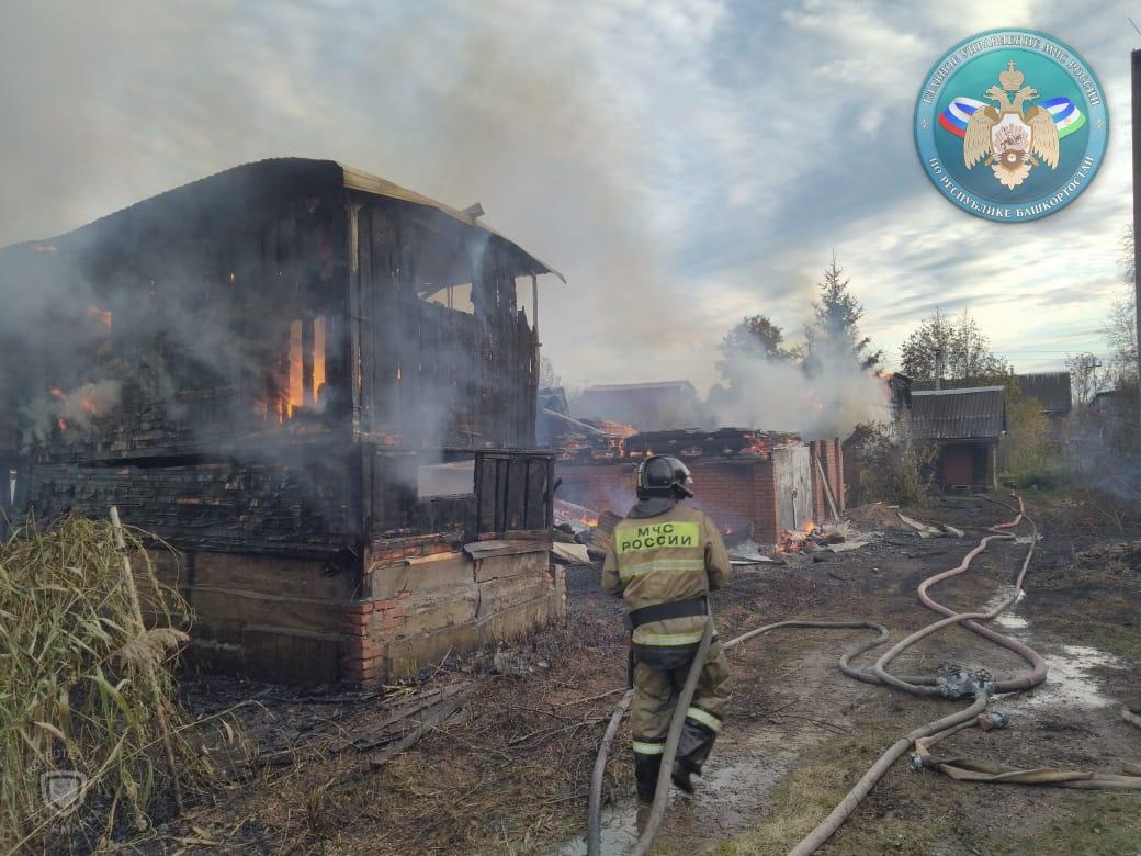 Под Уфой сгорели три садовых дома