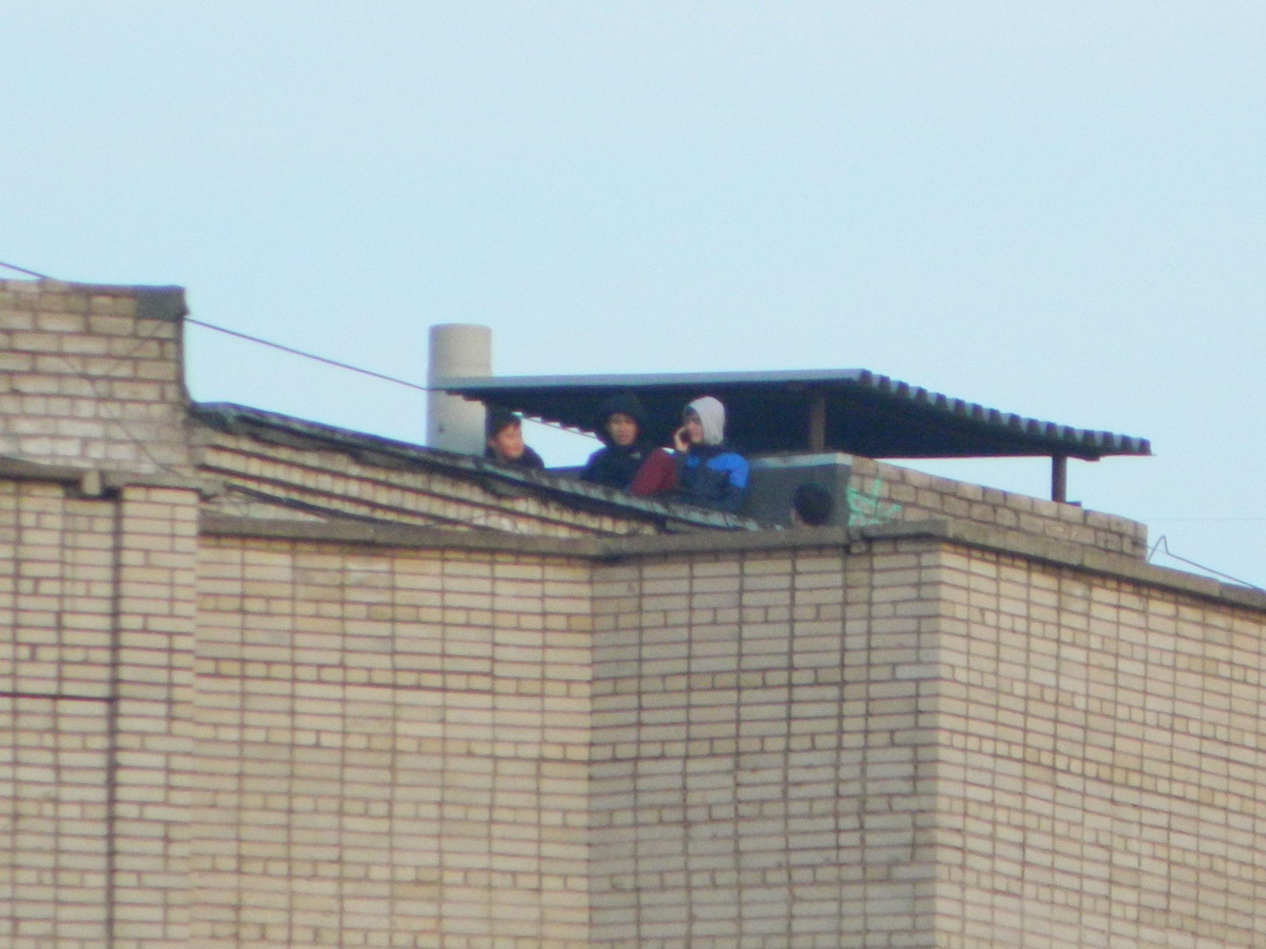 В Уфе школьники разгуливали по крыше многоэтажки