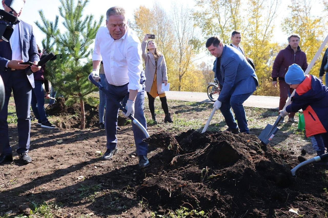 В Уфе высадили больше двух тысяч деревьев