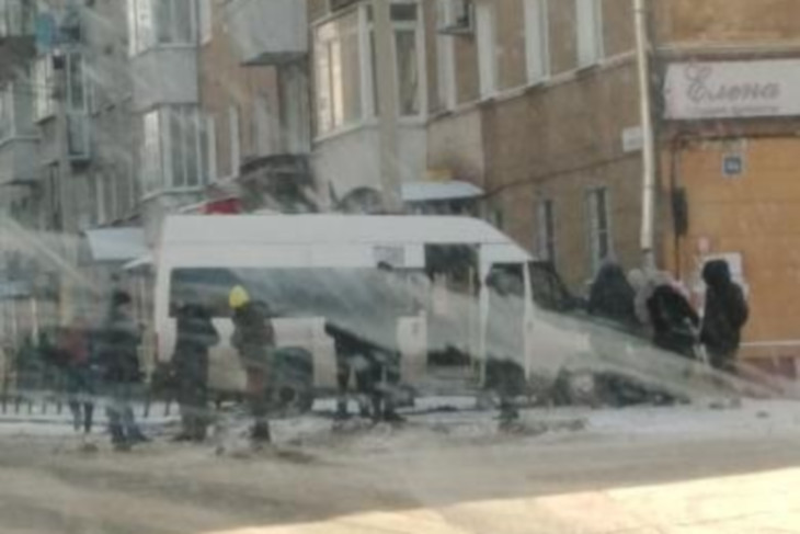 Маршрутка въехала в жилой дом после столкновения с такси в центре Иркутска