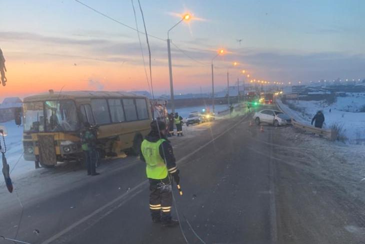Школьный автобус и иномарка столкнулись в Усольском районе