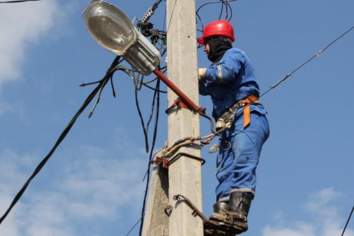 Электроснабжение жилых домов восстанавливают в Октябрьском округе