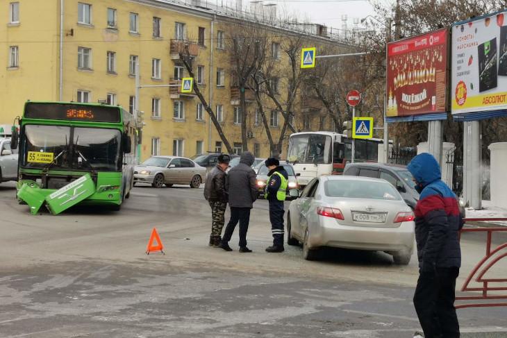 По улице Маяковского образовалась пробка из-за аварии с автобусом
