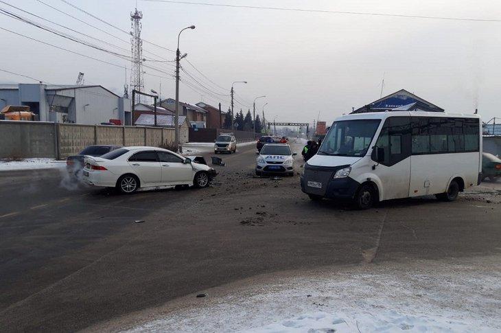 Маршрутка и Honda столкнулись в Иркутске утром 30 ноября