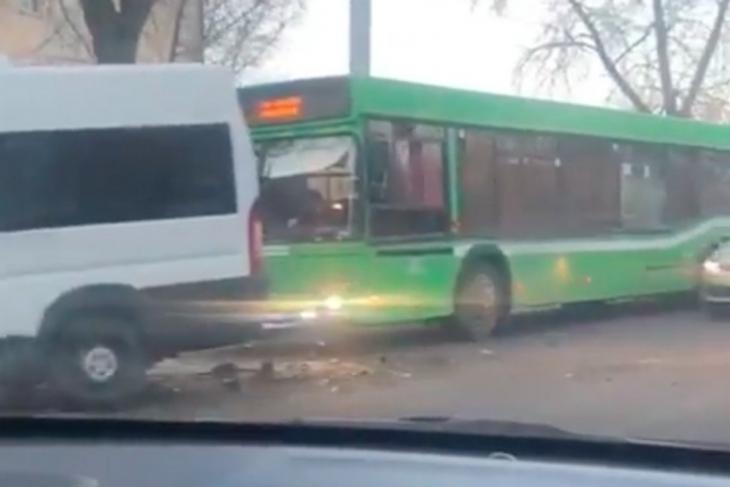 Автобус и две маршрутки попали в ДТП утром 27 ноября в Иркутске