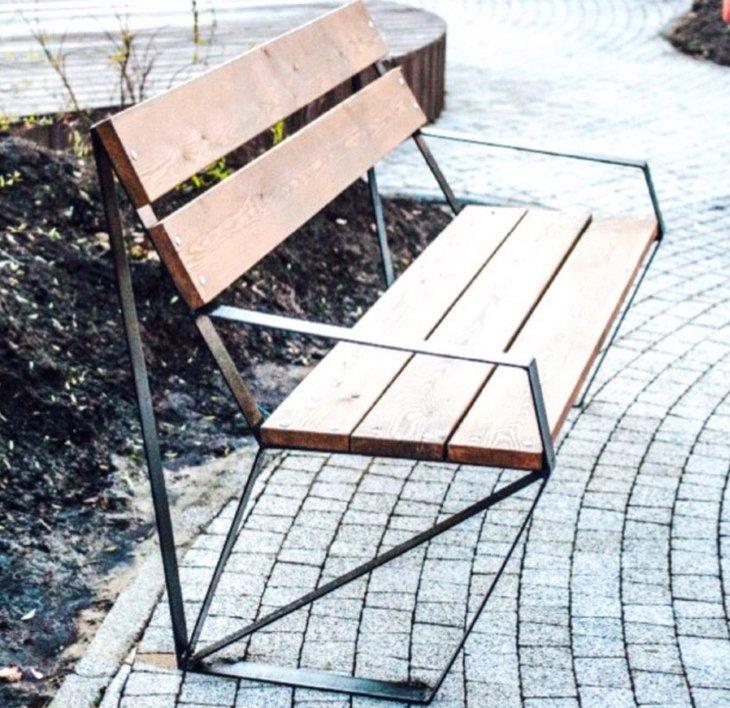 Автор сквера на пересечении Чудотворской и Сурикова прокомментировала ситуацию со скамейками