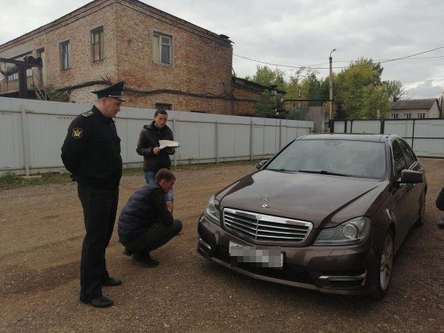 В Башкирии парень рассчитался с долгами, когда приставы арестовали его Mercedes-Benz